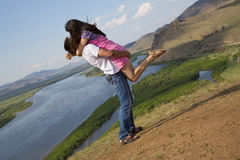 Couples embrassant en montagnes Photos libres de droits