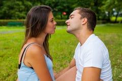 Couples embrassant en stationnement Amour Photographie stock
