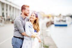 Couples embrassant l'amour photo stock
