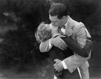 Couples embrassant passionément (toutes les personnes représentées ne sont pas plus long vivantes et aucun domaine n'existe Garan Photos libres de droits