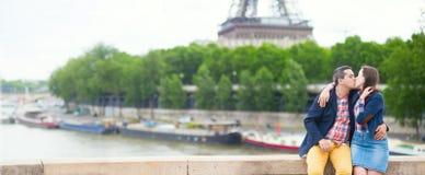 Couples embrassant près de Tour Eiffel Photos libres de droits
