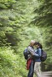Couples embrassant sur Forest Road Image libre de droits