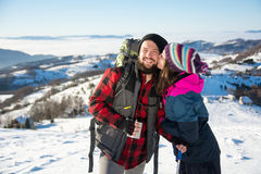 Couples embrassant sur la montagne neigeuse Photo libre de droits