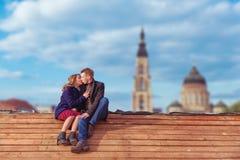 Couples embrassant sur le toit en bois Images libres de droits