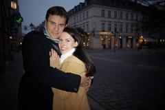 Couples embrassant sur Noël Photographie stock libre de droits