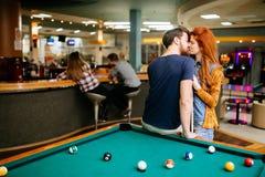Couples embrassant une date photo libre de droits