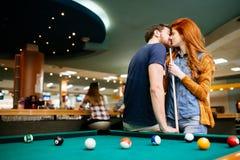 Couples embrassant une date Photos libres de droits