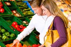 Couples en épiceries d'achats de supermarché Photos stock