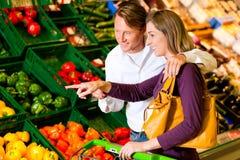 Couples en épiceries d'achats de supermarché Photo stock