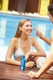 Couples en application de vacances Images stock