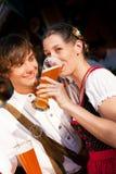 Couples en bière potable bavaroise de blé de Tracht Images libres de droits