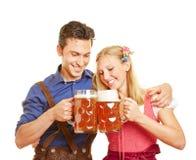 Couples en bière tintante de la Bavière Images libres de droits