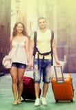 Couples en bref avec le bagage marchant par la ville Photographie stock libre de droits