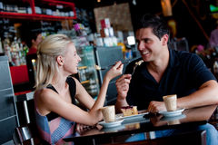 Couples en café Images libres de droits