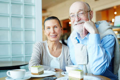 Couples en café Photographie stock libre de droits