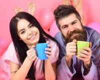 Couples en café de boissons d'amour dans le lit Les couples détendent dans le matin avec du café Concept de tradition de famille  photo stock