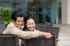 Couples en café extérieur Image libre de droits