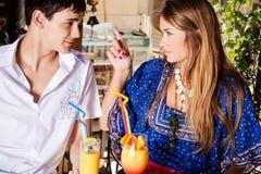 Couples en café extérieur Photographie stock libre de droits
