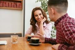 Couples en café potable de café Photographie stock libre de droits