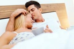 Couples en café potable de matin d'amour dans le lit Images libres de droits