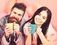 Couples en caf? de boissons d'amour dans le lit Les couples d?tendent dans le matin avec du caf? Concept de tradition de famille  photos stock