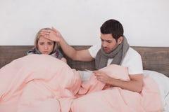 Couples en difficulté sentant ensemble le concept souffrant Images libres de droits