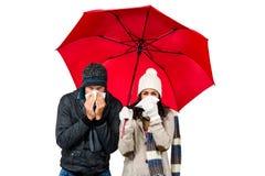 Couples en difficulté soufflant leurs nez Photos stock