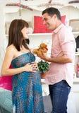 Couples en expectative faisant des emplettes à l'extérieur Image libre de droits