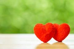 Couples en forme de coeur Le coeur rouge est la promesse de l'amour comme backg Photographie stock libre de droits