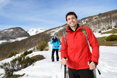 Couples en hiver augmentant le voyage Photos libres de droits