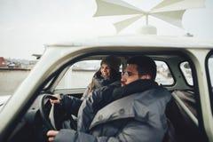 Couples en hiver de voiture image stock