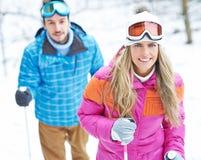 Couples en hiver faisant augmentant le voyage Photo libre de droits