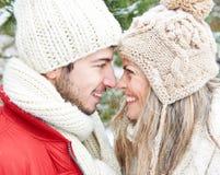 Couples en hiver souriant à l'un l'autre Images libres de droits