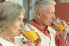 Couples en jus potable de café Image libre de droits