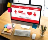 Couples en ligne de datation d'amour de découverte de datation de coeur rouge datant Happines Images stock