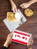 Couples en ligne de datation d'amour de découverte de datation de coeur rouge datant Happines Photographie stock libre de droits