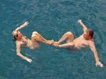 Couples en mer Photos stock