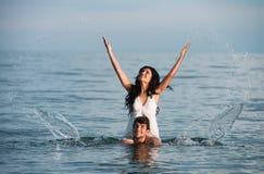 Couples en mer Photos libres de droits