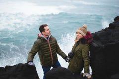 Couples en mer en Islande Photos stock