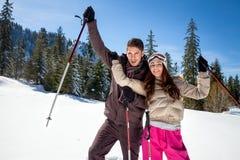 Couples en montagnes d'hiver Images stock