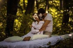Couples en nature Concept caché de visage photo stock