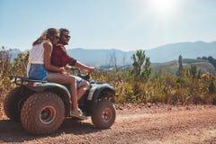 Couples en nature sur un vélo de quadruple Images libres de droits