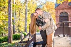 Couples en parc images stock
