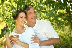 Couples en parc d'été Photos libres de droits