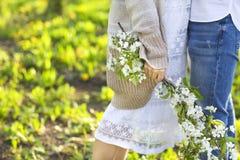 Couples en parc d'amour au printemps Image stock
