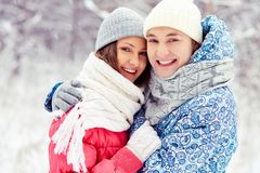 Couples en parc d'hiver Images libres de droits