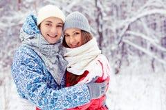 Couples en parc d'hiver Image libre de droits