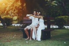 Couples en parc faisant le selfie commun Photo stock
