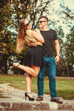 Couples en parc faisant le tour Images stock