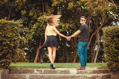 Couples en parc faisant le tour Image stock